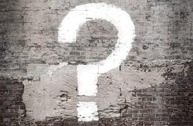 vraagteken op een muur-2