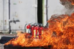 vuur met brandblussers