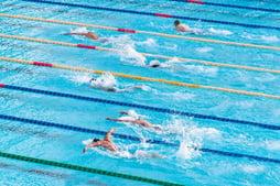 zwemmers in zwembad